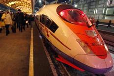 """<p>Cкоростной поезд """"Сапсан"""" стоит на железнодорожном вокзале в Санкт-Петербурге, 17 декабря 2009 года. Российские железные дороги 30 июля запустят скоростной поезд """"Сапсан"""" из Москвы в Нижний Новгород, обещая перевозить пассажиров на 450 километров за четыре часа. REUTERS/Alexander Demianchuk</p>"""