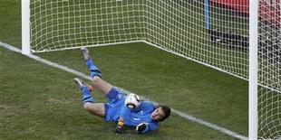 <p>Stojkovic defende pênalti de Podolski. A Sérvia conseguiu uma surpreendente vitória por 1 x 0 nesta sexta-feira contra a Alemanha, que jogou a maior parte do confronto com 10 jogadores após a expulsão do atacante Miroslav Klose.18/06/2010.REUTERS/Howard Burditt</p>