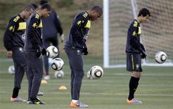 <p>Seleção brasileira treina em Johanesburgo: reconhecimento do Soccer City foi cancelado pelo gramado do estádio. 17/06/2010 REUTERS/Paulo Whitaker</p>