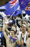 <p>Болельщики Новой Зеландии радуются результатам матча между их командой и сборной Италии, 20 июня 2010 года. Сборная Новой Зеландии по футболу стала автором очередной сенсации на чемпионате мира в ЮАР, сыграв вничью с Италией, Парагвай не оставил шансов Словакии, а Бразилия обыграла Кот-д'Ивуар. REUTERS/Howard Burditt</p>