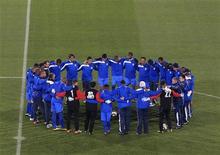 <p>Команда Гондураса молится перед началом тренировки в Йоханнесбурге 20 июня 2010 года. Сборная Испании сыграет с Гондурасом во втором матче группы H на чемпионате мира в ЮАР в понедельник. REUTERS/Marcelo del Pozo</p>