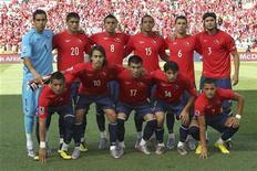 <p>Сборная Чили перед первым матчем группы H на чемпионате мира в ЮАР против команды Гондураса, Нелспрейт 16 июня 2010 года. Чили сыграет со Швейцарией во втором матче группы H на чемпионате мира в ЮАР в понедельник. REUTERS/Adnan Abidi</p>