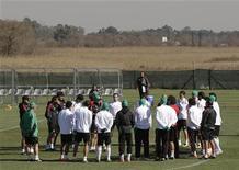 <p>Сборная Мексики по футболу на тренировке недалеко от Йоханнесбурга 20 июня 2010 года. Мексика встретится с Уругваем в финальном матче группы A на чемпионате мира во вторник. REUTERS/Henry Romero</p>