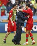 <p>Técnico Carlos Queiroz comemora com Cristiano Ronaldo vitória por 7 x 0 sobre a Coreia do Norte pela Copa do Mundo. REUTERS/Jose Manuel Ribeiro</p>
