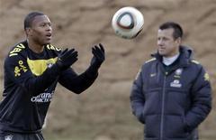 <p>Julio Baptista participa de treino da seleção em Johanesburgo, um dia após a vitória sobre a Costa do Marfim. REUTERS/Paulo Whitaker</p>