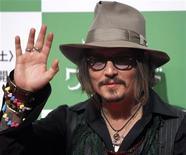 """<p>Foto de archivo del actor Johnny Depp a su llegada al estreno de la película """"Alice in Wonderland"""" en Tokio, mar 22 2010. En la próxima película de la saga """"Pirates of the Caribbean"""", el personaje de Johnny Depp, el pirata Jack Sparrow, se enfrentará a una mujer de su pasado y abordará el barco de otro bucanero, dijo el lunes el estudio a cargo de la película. REUTERS/Toru Hanai</p>"""