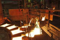 <p>Рабочий следит за производственным процессом на медном заводе Норильский Никель в Норильске 16 апреля 2010 года. Российская экономика, наконец, чувствует себя неплохо, а если добавить инвестиций и спроса, то ее состояние можно было бы назвать устойчивым, решили экономисты, оценив впечатляющую порцию опубликованных на прошлой неделе официальных данных. REUTERS/Ilya Naymushin</p>