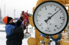 <p>Работник газовой станции под Минском закручивает вентиль, 9 января 2009 года. Президент Белоруссии Александр Лукашенко распорядился перекрыть транзит российского газа в Европу до тех пор, пока Газпром не погасит накопившуюся перед бывшим советским соседом задолженность. REUTERS/Sergej Vasiljev</p>