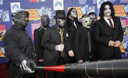 """<p>Члены рок-группы Slipknot на церемонии вручения наград MTV Video Music Awards в Лос-Анджелесе, 7 сентября 2008 года. Басист популярной американской рок-группы Slipknot Пол Грей скончался от """"случайной"""" передозировки морфином и фентанилом, сообщила полиция штата Айова на основании данных аутопсии. REUTERS/Phil McCarten</p>"""