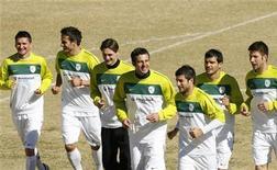 <p>Игроки сборной Словении тренируются в Йоханнесбурге, 19 июня 2010 года. Словения сыграет с Англией в заключительном матче группы С на чемпионате мира в ЮАР в среду. REUTERS/Thomas Mukoya</p>