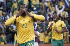 <p>Jogador da África do Sul Bongani Khumalo (esq) comemora gol contra a França pelo Grupo A da Copa do Mundo. Apesar de vencer por 2x1, a seleção sul-africana foi eliminada na primeira fase. 22/06/2010 REUTERS/Adnan Abidi</p>