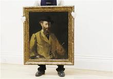 <p>Foto de archivo de un autorretrato realizado en 1878 por el pintor Edouard Manet en una exhibición de la casa de subastas Sotheby's de Londres, jun 11 2010. La casa de subastas Sotheby's vendió un autorretrato de Edouard Manet por 22,4 millones de libras esterlinas (33,1 millones de dólares) el martes, un récord para el artista, pero cerca de la parte baja de su estimación previa de entre 20 a 30 millones de libras. REUTERS/Luke MacGregor</p>