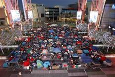 """<p>Seguidores de """"The Twilight Saga: Eclipse"""" acampan en la plaza Nokia Plaza L.A. Live de Los Angeles, jun 21 2010. Bajo el cegador Sol de California, los seguidores de """"Twilight"""" se refugiaron en carpas el martes, mientras esperan ver a Robert Pattinson y a otras estrellas en la última entrega de la romántica serie sobre vampiros. REUTERS/Mario Anzuoni</p>"""