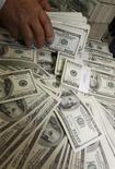 <p>Работник банка считает деньги в Сеуле, 4 мая 2010 года. Самые богатые люди в прошлом году стали еще богаче, даже несмотря на продолжавшуюся рецессию, ставшую самой серьезной за многие десятилетия. REUTERS/Truth Leem</p>