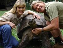 <p>Стив Ирвин с женой гладят черепаху Гариетту в австралийском зоопарке, 15 ноября 2005 года. 23 июня 2006 года умерла галапагосская черепаха по кличке Гариетта, считавшаяся одним из старейших в мире животных. REUTERS/Australia Zoo/Ho</p>