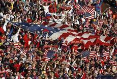 <p>Болельщики сборной США радуются победе команды в матче против Словении, 18 июня 2010 года. Сборная Алжира сыграет против команды США в заключительном третьем матче группы C чемпионата мира по футболу в среду. REUTERS/Amr Abdallah Dalsh</p>