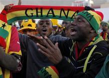 <p>Болельщики сборной Ганы следят за матчем против команды Австралии, 19 июня 2010 года. Гана сыграет против Германии в заключительном матче группы D чемпионата мира по футболу в среду. REUTERS/Mike Hutchings</p>