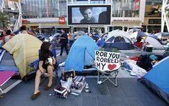 """<p>A fã da saga """"Crepúsculo"""" Katherine Ramirez assiste o trailer do filme ao acampar para ver a première de """"Eclipse"""" em Los Angeles, 21 de junho de 2010. A première será apenas no dia 24. REUTERS/Mario Anzuoni</p>"""