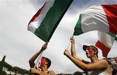 <p>Болельщики сборной Италии болеют за свою команду во время матча против Новой Зеландии, 20 июня 2010 года. Словакия встретится с Италией в их последнем матче группы F чемпионата мира в четверг. REUTERS/Max Rossi</p>