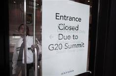 """<p>Охранник открывает дверь с табличкой, на которой написано """"Проход закрыт из-за саммита Большой двадцатки"""", 22 июня 2010 года. """"Большая двадцатка"""" в итоговой резолюции по итогам заседания в ближайшие выходные предостережет оправившийся от кризиса мир от излишнего самодовольства и назовет слабые государственные бюджеты потенциальной угрозой долгосрочному росту. REUTERS/Mark Blinch</p>"""