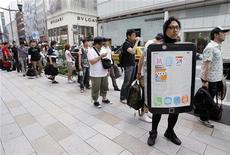 <p>Люди стоят перед магазином компании Apple Inc в ожидании открытия, Токио 24 июня 2010 года. Сотни горячих приверженцев гаджетов от Apple в Японии провели бессонную ночь в очередях перед закрытыми дверями магазинов компании, стремясь первыми заполучить в руки новые iPhone 4. REUTERS/Yuriko Nakao</p>