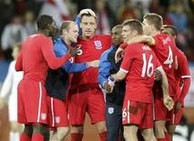 <p>Игроки сборной Англии радуются победе над командой Словении в матче группы C на чемпионате мира по футболу в Юар, Порт-Элизабет 23 июня 2010 года. Сборная Англии смогла найти в себе силы и обыграть с минимальным счетом команду Словении, теперь в 1/8 финала команде Марчелло Липпи предстоит сыграть с командой Германии. REUTERS/Denis Balibouse</p>