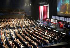 <p>Люди сидят на церемонии открытия 28-ого ММКФ в кинотеатре в Москве, 23 июня 2006 года. Семнадцать картин претендуют в этом году на получение главного приза открывшегося на прошлой неделе 32- го Московского кинофестиваля, жюри которого возглавил французский режиссер Люк Бессон. REUTERS/Sergei Karpukhin</p>