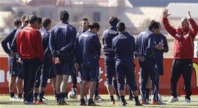 <p>Тренер итальянской сборной по футболу Марчелло Липпи (справа) дает указания игрокам, ЮАР 23 июня 2010 года. Словакия встретится с Италией в их последнем матче группы F чемпионата мира в четверг. REUTERS/Stefano Rellandini</p>