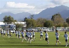 <p>Игроки японской сборной по футболу на тренировке, ЮАР 22 июня 2010 года. В четверг определятся четыре команды групп E и F, которые попадут в 1/8 финала чемпионата мира по футболу в ЮАР. REUTERS/Toru Hanai</p>