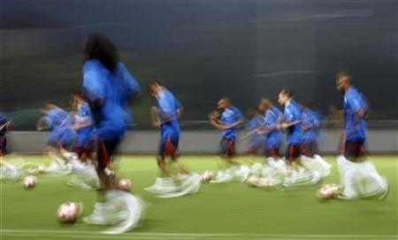 Netherlands' soccer players jog during a training session near Shanghai Stadium at the Beijing 2008 Olympic Games August 14, 2008. REUTERS/Marcos Brindicci