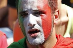 <p>Итальянский футбольный болельщик смотрит телетрансляцию матча Италия-Словакия на площади в Риме. Итальянская сборная, действующий чемпион мира по футболу, не смогла выйти из группы в одну восьмую финала после проигрыша словакам в четверг. REUTERS/Max Rossi (ITALY - Tags: SPORT SOCCER WORLD CUP)</p>