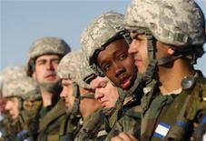 <p>Американский рекрут во время начальной подготовки на военной базе в Оклахоме, 5 ноября 2009 года. США выделят $10 миллионов на создание в Таджикистане национального тренировочного центра для местных вооруженных сил, что станет очередным шагом в укреплении отношений Вашингтона с союзником по коалиции НАТО в Афганистане, сообщил в пятницу посол США в Таджикистане Кен Гросс. REUTERS/Jessica Rinaldi</p>