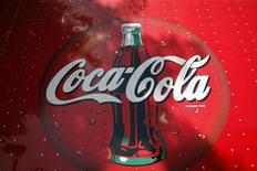 <p>Логотип компании Coca-Cola на грузовике в городе Гилберт, штат Аризона, 20 октября 2009 года. Coca-Cola надеется, что потепление в отношениях между США и Россией распространится на вкусы потребителей. REUTERS/Joshua Lott</p>