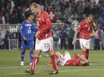<p>Jogadores de Honduras e Suíça reagem após empatarem em 0 x 0 e serem eliminados da Copa do Mundo. REUTERS/Siphiwe Sibeko</p>