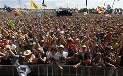 <p>Público asistente al festival de música Glastonbury, en Inglaterra. Jun 25 2010. REUTERS/Luke MacGregor/ARCHIVO</p>