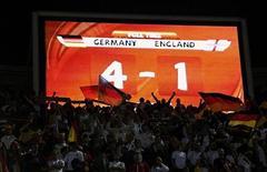 <p>Табло, показывающее счет в мачте между сборными командами Германии и Англии, 27 июня 2010 года. Британские газеты щедро критикуют сборную Англии по футболу, в 1/8 финала чемпионата мира потерпевшую сокрушительное поражение от команды Германии. REUTERS/Dylan Martinez</p>