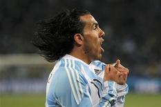 <p>Carlos Tevez da seleção argentina comemora gol contra o México. Autor de dois gols da vitória argentina por 3 x 1, o atacantedisse que o resultado foi importante para a sequência do time na Copa do Mundo. 27/06/2010 REUTERS/Enrique Marcarian</p>