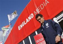 <p>Técnico da seleção inglesa, Fabio Capello, deixa coletiva de imprensa em Rustenburgo. Os jornais britânicos não pouparam a seleção de críticas pela eliminação na Copa do Mundo diante da Alemanha. 28/06/2010 REUTERS/Darren Staples</p>