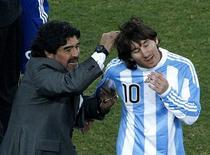 <p>Maradona comemora vitória com Messi. Enquanto Lionel Messi maravilha os torcedores com sua habilidade ainda à espera de seu primeiro gol na Copa do Mundo, um esplêndido complemento de atacantes leva a Argentina adiante no torneio.27/06/2010.REUTERS/David Gray</p>