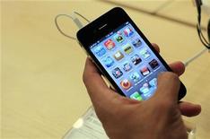 <p>Apple déclare avoir vendu 1,7 million d'exemplaires de l'iPhone 4 lors des trois premiers jours de sa commercialisation, entre jeudi et samedi. Le groupe réalise donc avec cette nouvelle version de son smartphone le lancement le plus fructueux de son histoire. /Photo prise le 24 juin 2010/REUTERS/Eric Thayer</p>