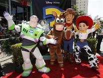"""<p>Personagens de """"Toy Story 3"""" durante estreia do filme em Hollywood. Os heróis animados esmagaram Adam Sandler e Tom Cruise e lideraram as bilheterias norte-americanas pelo segundo fim de semana consecutivo. 13/06/2010 REUTERS/Danny Moloshok</p>"""