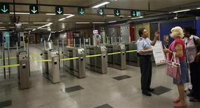 <p>Сотрудник службы охраны объясняет женщинам, что мадридское метро не работает, 29 июня 2010 года. Рабочие, протестующие против резкого снижения зарплат, остановили работу метро в столице Испании Мадриде во второй день забастовок во вторник. REUTERS/Susana Vera</p>