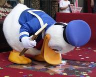 <p>Дональд Дак получает собственную звезду на Аллее Славы в Голливуде, 9 августа 2004 года. 29 июня 1951 года родился Дон Роса, американский иллюстратор, автор комиксов о Скрудже Макдаке и Дональде Даке. REUTERS/Jim Ruymen</p>