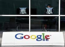 <p>Le siège de Google Chine, à Pékin. Le moteur de recherche a annoncé qu'il ne redirigerait plus systématiquement les internautes chinois vers la version non censurée de sa page d'accueil, basée à Hong Kong. Google espère ainsi assurer le renouvellement de sa licence d'exploitation en Chine, qui arrive à expiration mercredi. /Photo d'archives/REUTERS/David Gray</p>