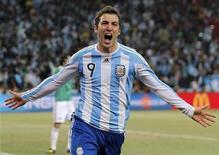 <p>Аргентинец Гонсало Игуаин радуется голу в ворота команды Мексики на чемпионате мира по футболу в ЮАР, Йоханнесбург 27 июня 2010 года. REUTERS/Enrique Marcarian</p>