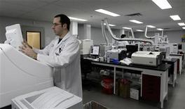 <p>Общий вид лаборатории по контролю допинга в Ванкувере 9 февраля 2010 года. Все 208 допинг-проб, взятых у футболистов различных команд на чемпионате мира в ЮАР, дали отрицательные результаты, сказал глава медицинского центра ФИФА Иржи Дворжак. REUTERS/Lyle Stafford</p>