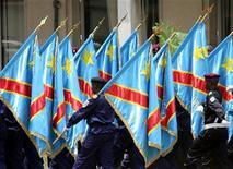 <p>Солдаты Демократической Республики Конго маршируют с флагами страны в Киншасе 18 февраля 2006 года. 30 июня 1960 года Конго добилась независимости от Бельгии и стала Республикой. REUTERS/David Lewis</p>