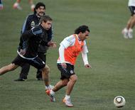 <p>Carlos Tevez, o 'homem do povo' da seleção argentina, participa de treino da equipe: ele se tornou o símbolo da determinação de seu país para tentar conquistar a terceira Copa. REUTERS/Enrique Marcarian</p>