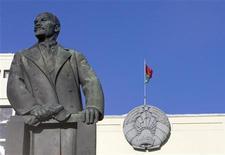 <p>Памятник Ленину у правительственного здания в Минске 7 ноября 2008 года. Белорусский парламент в среду ратифицировал договор о таможенном кодексе таможенного союза, на закрытом заседании, которое не было анонсировано и которое состоялось после официального окончания парламентской сессии, сказал источник, близкий к парламенту. REUTERS/Vasily Fedosenko</p>