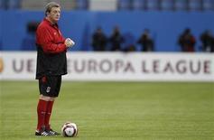 """<p>Рой Ходжсон тренирует команду """"Фулхэм"""" в Гамбурге, 11 мая 2010 года. Английский футбольный клуб """"Ливерпуль"""" назначил главным тренером Роя Ходжсона, ранее возглавлявшего """"Фулхэм"""", сообщил """"Ливерпуль"""" в четверг. REUTERS/Phil Noble</p>"""